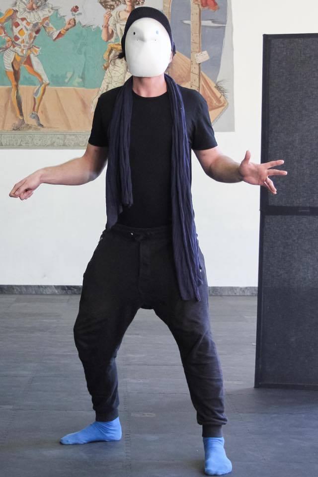 Piotr Sikora w masce larwalnej